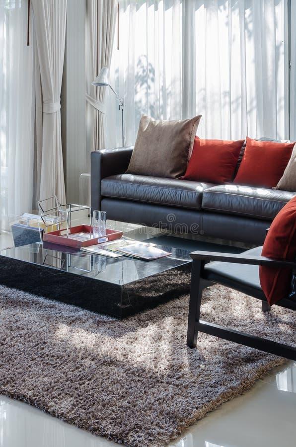Schon Download Modernes Wohnzimmer Mit Braunem Sofa Und Roten Kissen Stockbild    Bild Von Haus, Innen