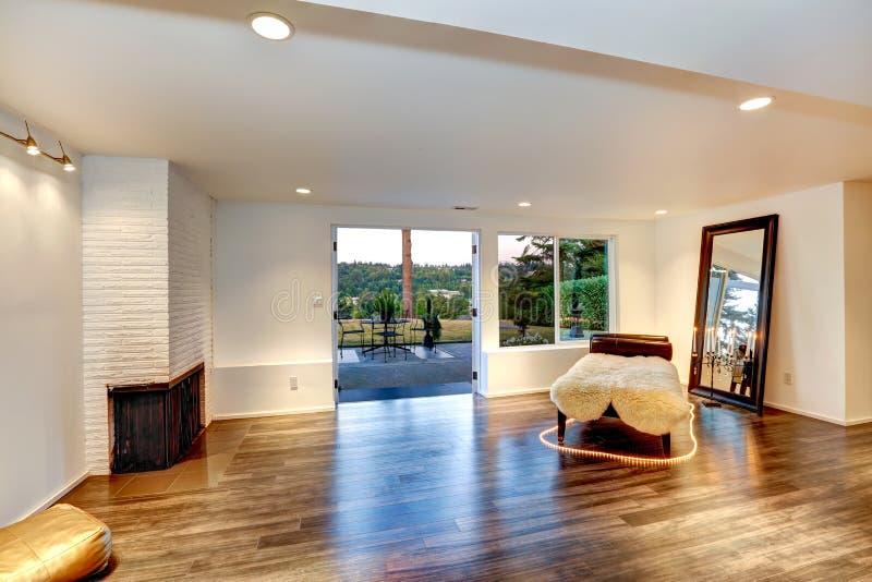 modernes wohnzimmer mit couch und spiegel stockfoto bild von modern bequem 43523890. Black Bedroom Furniture Sets. Home Design Ideas