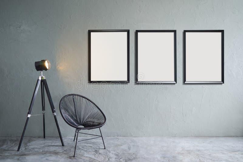 Modernes Wohnzimmer mit drei leeren Bilderrahmen stockfotos