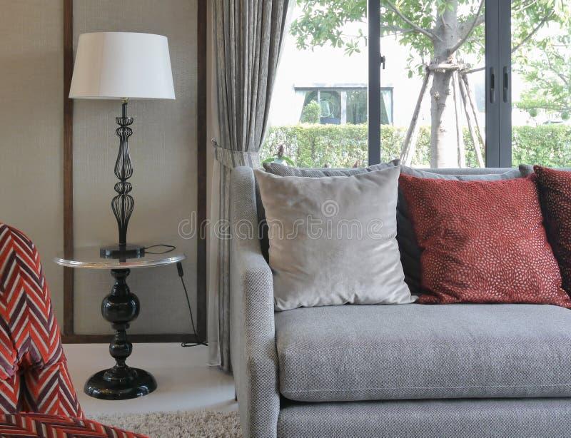 Modernes wohnzimmer mit roten kissen auf sofa und for Kissen wohnzimmer