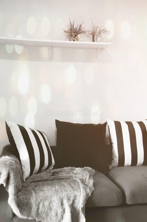 Download Modernes Wohnzimmer Mit Schwarzweiss Kissen Auf Sofa Stockbild    Bild Von Dekor, Möbel