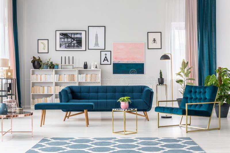 Modernes Wohnzimmer mit Sofa stockbild