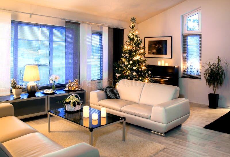 Modernes Wohnzimmer mit Weihnachtsbaum dedoration stockbilder