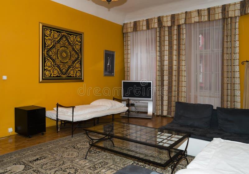Modernes Wohnzimmerdesign mit Sofa Teppich auf dem Boden hat eine abstrakte Verzierung stockfotografie