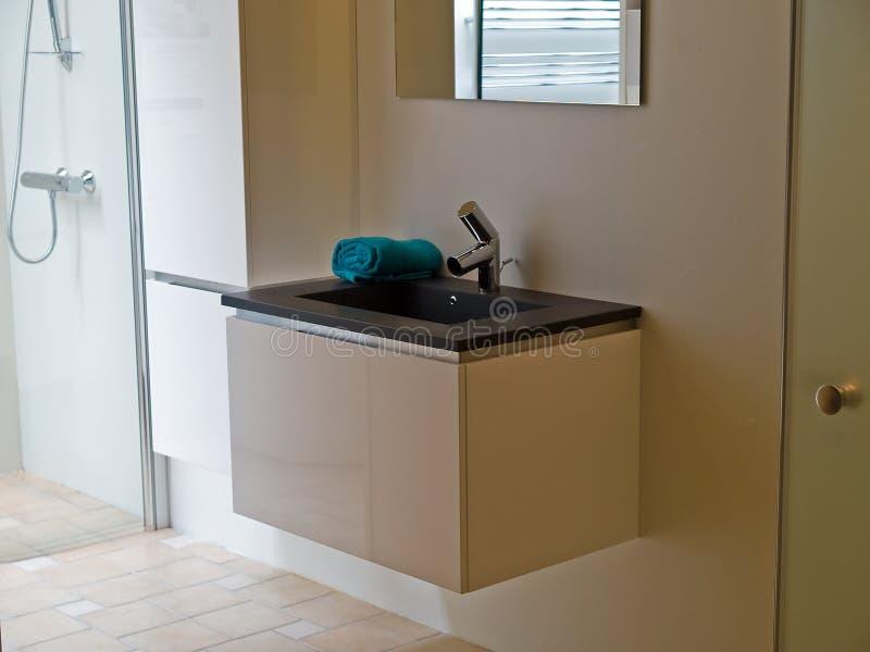 Modernes zeitgenössisches Entwerferbadezimmer stockfoto