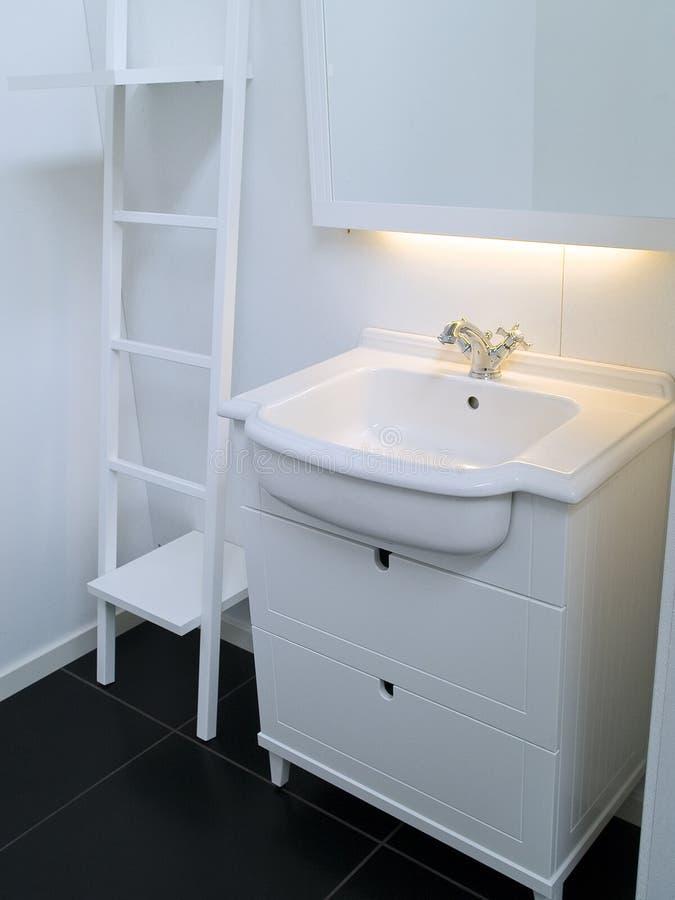 Modernes zeitgenössisches Entwerferweißbadezimmer lizenzfreie stockfotos