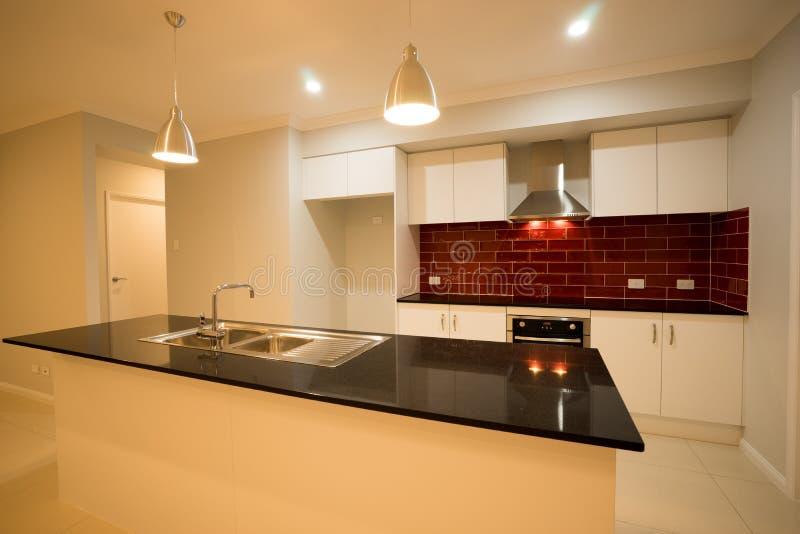 Modernes zeitgenössisches Küchen-Design stockfotografie