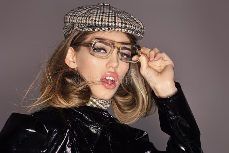 Modernes Zubehör Sexy Dame in der stilvollen Ausstattung, Abschluss oben Frau auf nachdenklichem Gesicht mit bilden trägt kariert lizenzfreie stockfotografie