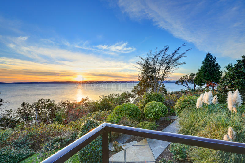 Modernes zweistöckiges Panoramahaus mit Puget Sound-Ansicht lizenzfreies stockfoto