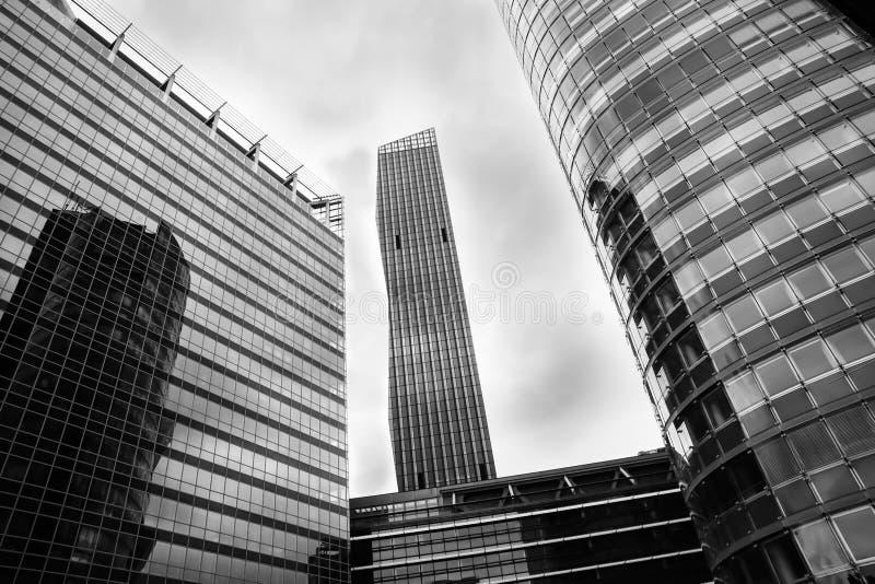 Modernist architectuur in hoge stijgingsbureau en flat buildin stock foto