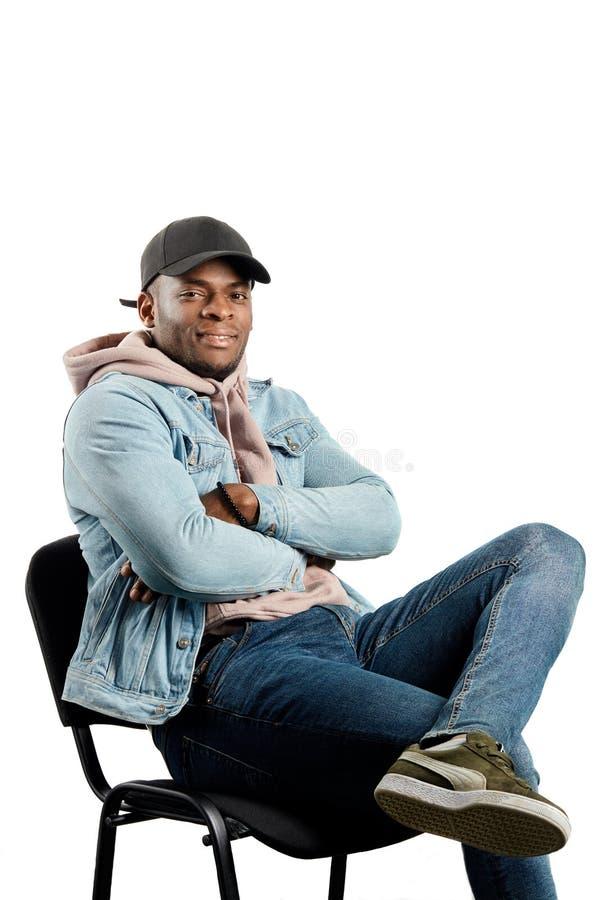 Moderno afro impressionante fresco que aprecia o assento na cadeira imagens de stock royalty free
