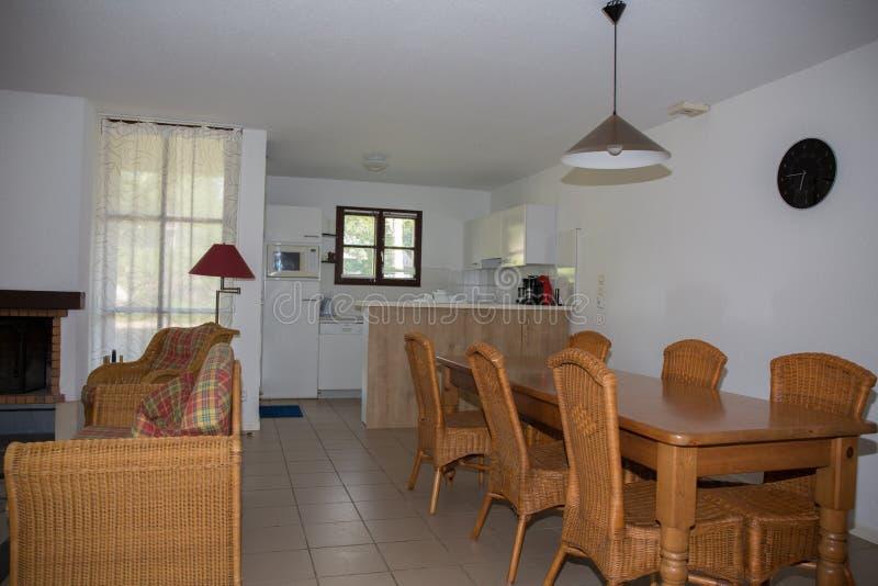 Moderno, brillante, limpio, sala de estar en una casa imagen de archivo libre de regalías