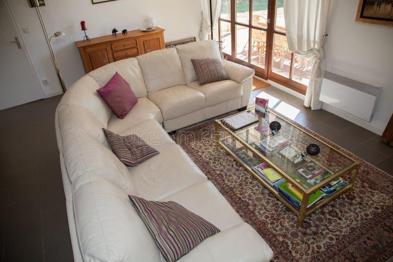 Moderno, brillante, limpio, sala de estar en una casa imagen de archivo