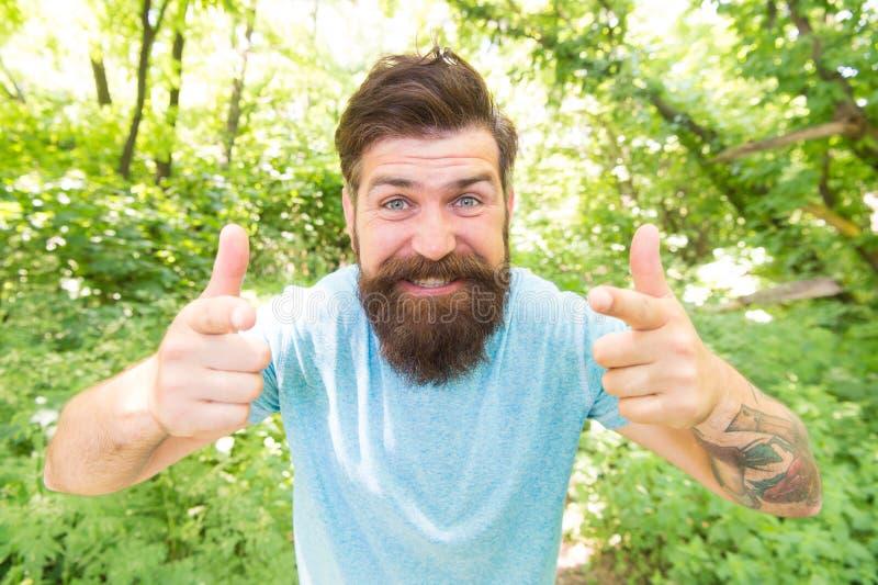 Moderno com fim emocional da cara da barba longa acima do fundo da natureza V? selvagem Beleza masculina dos cuidados capilares M foto de stock royalty free