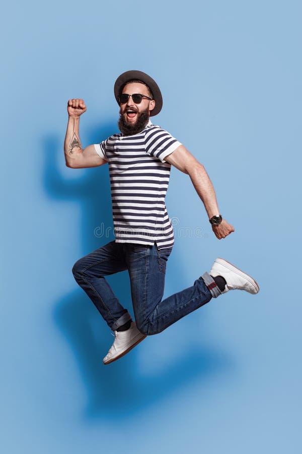 Moderno de salto na moda no contexto azul fotografia de stock