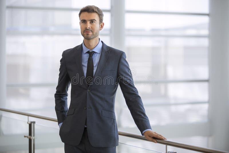 Moderno executivo novo seguro pela janela no escritório alto moderno da elevação imagens de stock royalty free