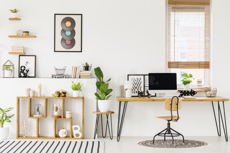 Moderno, interior branco do escritório domiciliário com o furnitu natural, de madeira foto de stock