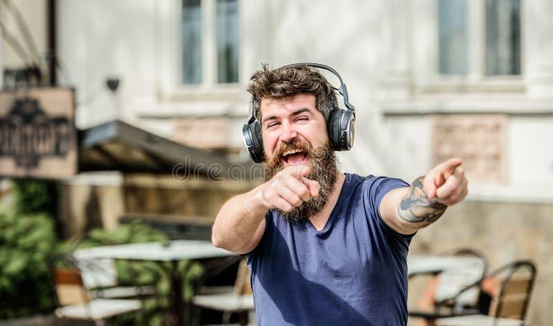 Moderno maduro com barba Fan de m?sica Satisfeito com o o seu dar certo Apreciando a m?sica Homem farpado Apreciando a música do  imagens de stock