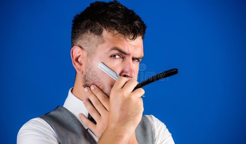 Moderno não barbeado do barbeiro com a lâmina reta do perigo afiado Salão de beleza do cabeleireiro do barbeiro Pontas da prepara imagem de stock royalty free