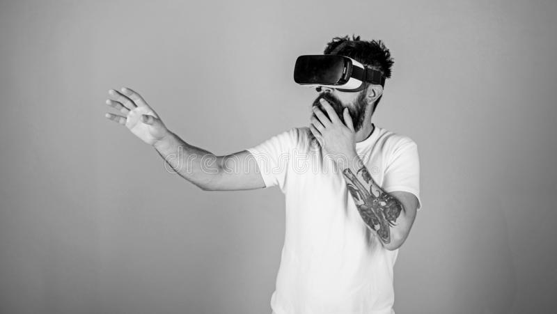 Moderno na cara chocada que explora a realidade virtual com dispositivo moderno Indiv?duo com a exposi??o montada principal inter imagem de stock