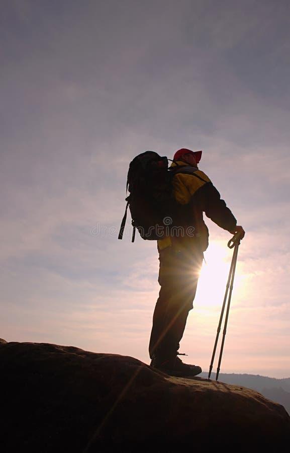 Moderno nos óculos de sol, no tampão, na trouxa e em varas trekking foto de stock