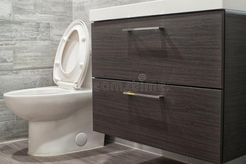 moderno pulito della stanza da bagno immagini stock libere da diritti