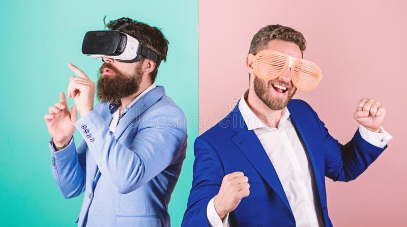 Moderno que explora a realidade virtual Tecnologia moderna do implementar do negócio Divertimento real e alternativa virtual Home fotografia de stock royalty free
