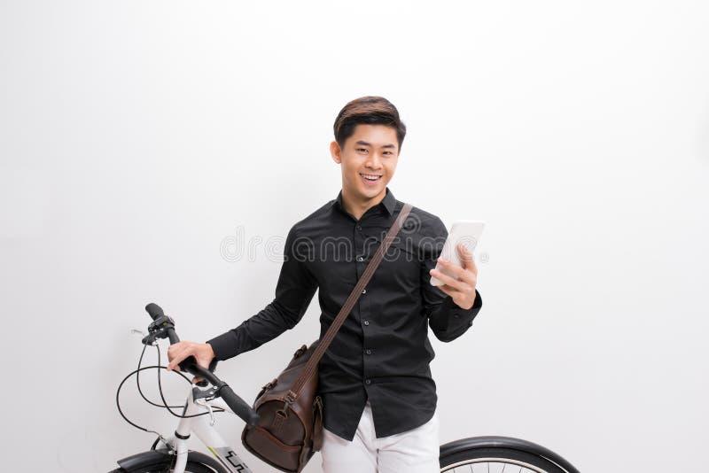 Moderno que texting alguém em sua bicicleta imagens de stock royalty free