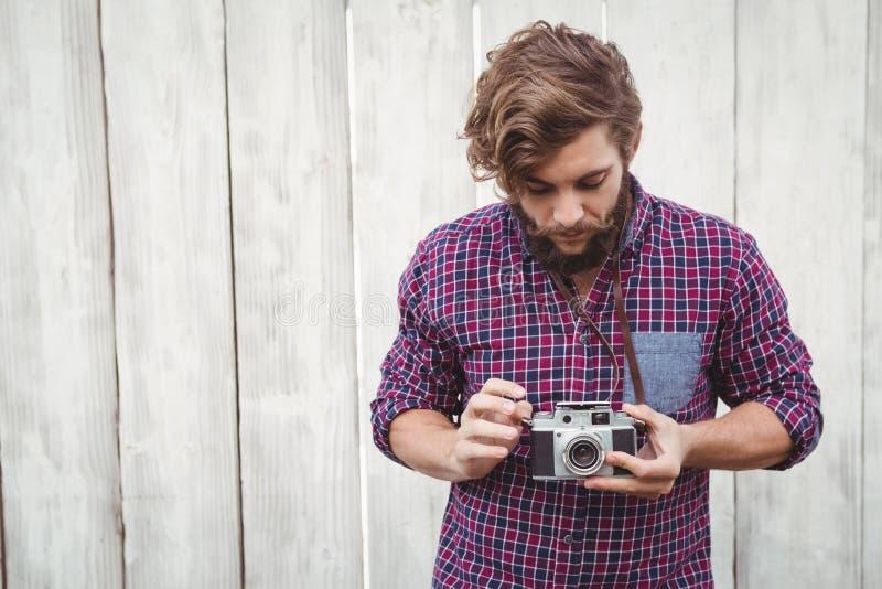 Moderno que usa a câmera fotografia de stock