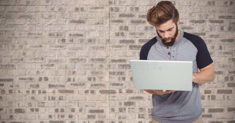 Moderno que usa o portátil contra a parede ilustração do vetor