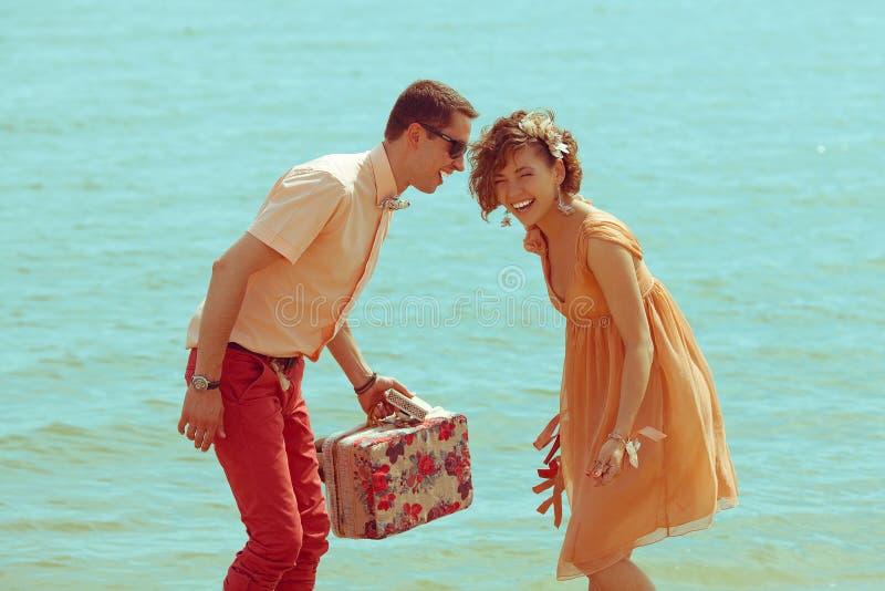 Modernos casados felizes novos no mar imagens de stock royalty free