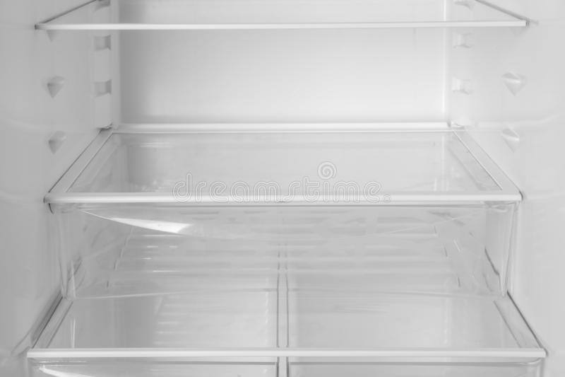 Modernt öppet kylskåp med tomma hyllor royaltyfri bild
