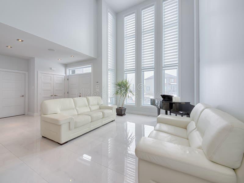 Modernt öppet vardagsrumområde med marmorgolv royaltyfria bilder