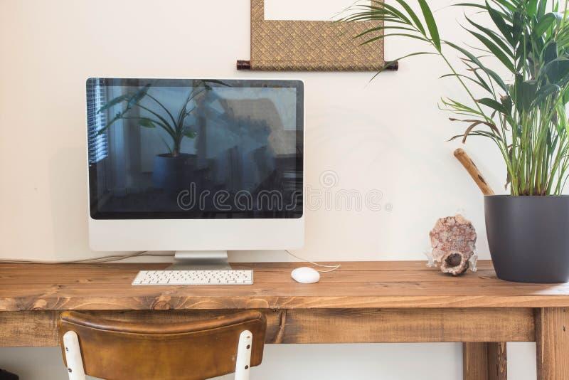 Modernt arbetsställe hemma med datoren arkivbilder