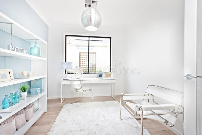 Download Modernt Arbetsställe Med Vitt Garneringmöblemang Fotografering för Bildbyråer - Bild av räkning, modernt: 76700783