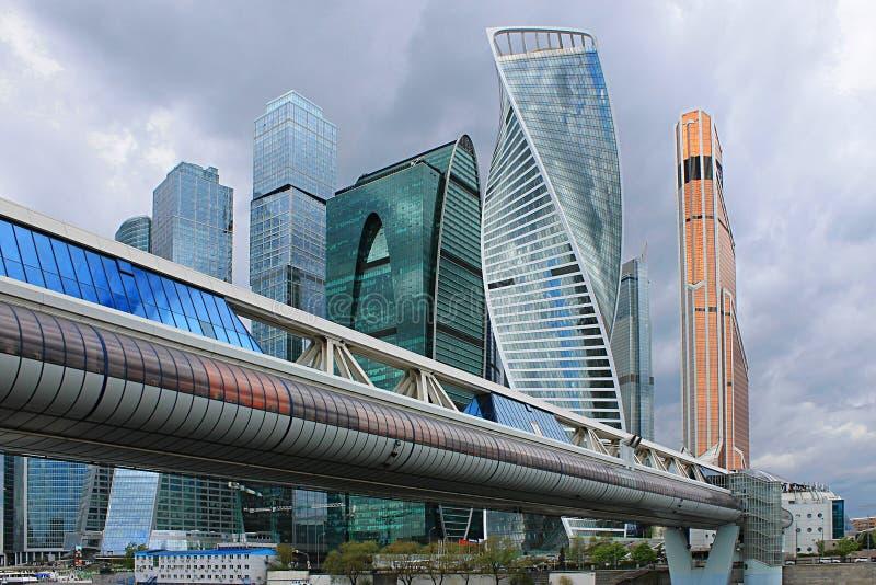 Modernt arkitektoniskt komplex av Moskva-staden och Bagration bro i Ryssland royaltyfri fotografi
