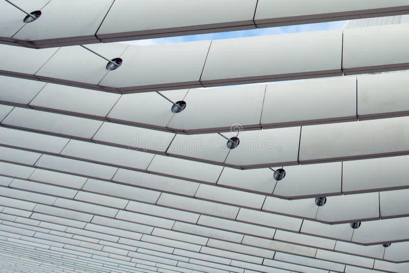 Modernt arkitektoniskt metallraster på ett tak av en byggnad arkivfoton