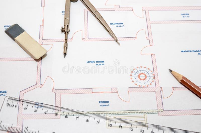 Modernt arkitektoniskt plan, blyertspenna och linjal arkivbilder