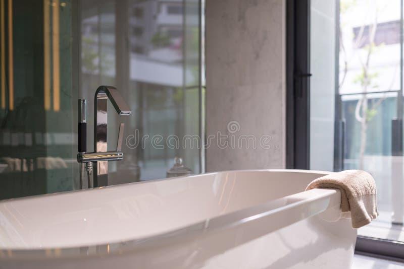 Modernt badkar i badrum arkivbilder