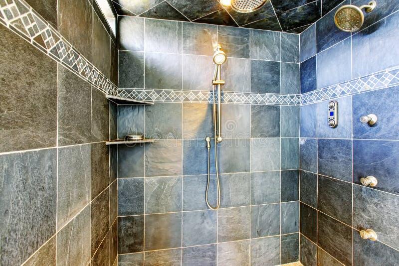 Modernt badrum gå-i dusch med det moderna systemet för ånga arkivbild