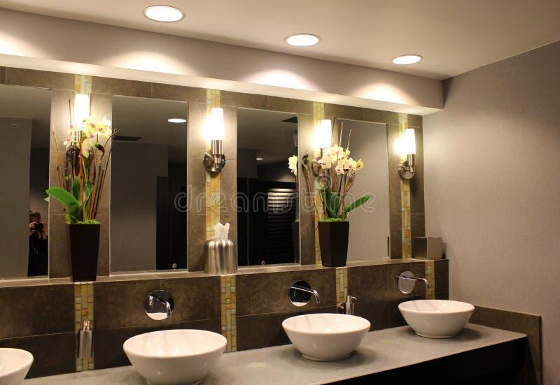 Modernt badrum i exklusivt hotell arkivfoto