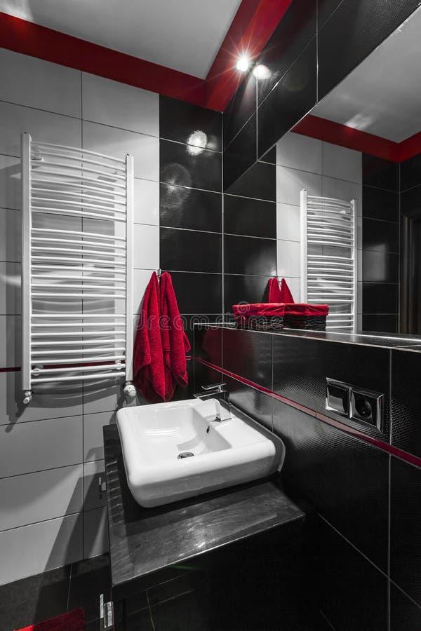 Modernt badrum i svart fotografering för bildbyråer