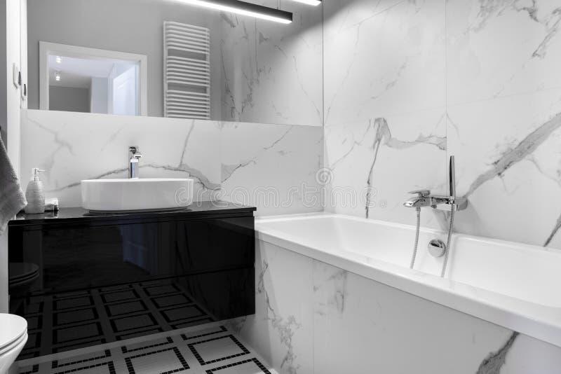 Modernt badrum med marmoravslutning royaltyfri fotografi