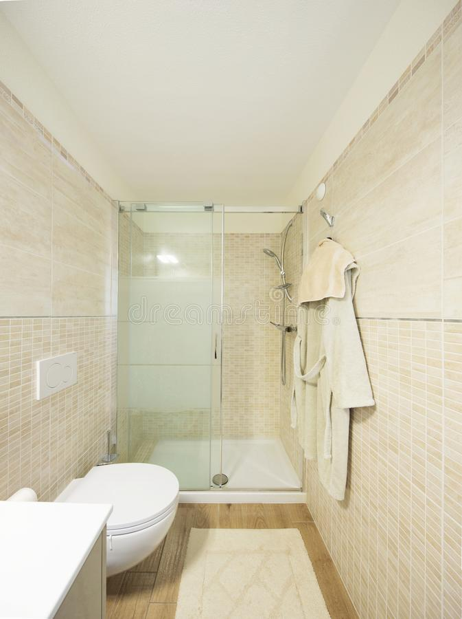 Modernt badrum med tegelplattor Stor dusch royaltyfri fotografi