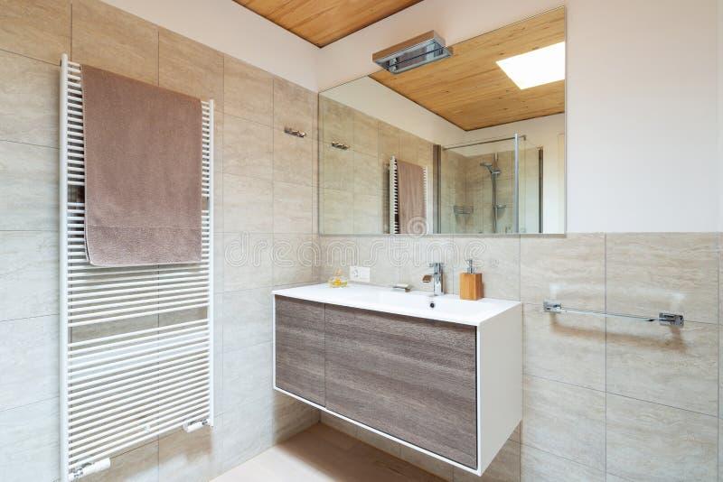 Modernt badrum med trä- och marmorfullföljande royaltyfri bild