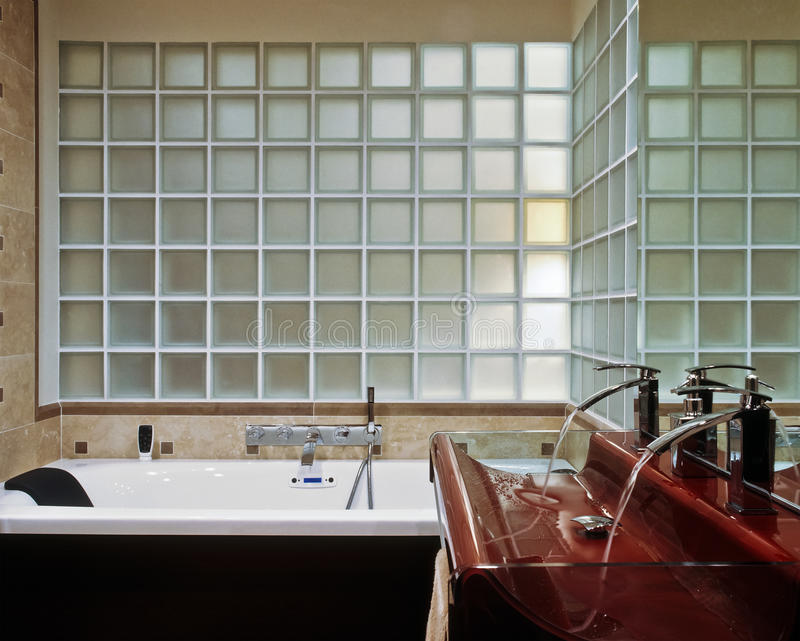 modernt badrumblockexponeringsglas royaltyfria foton