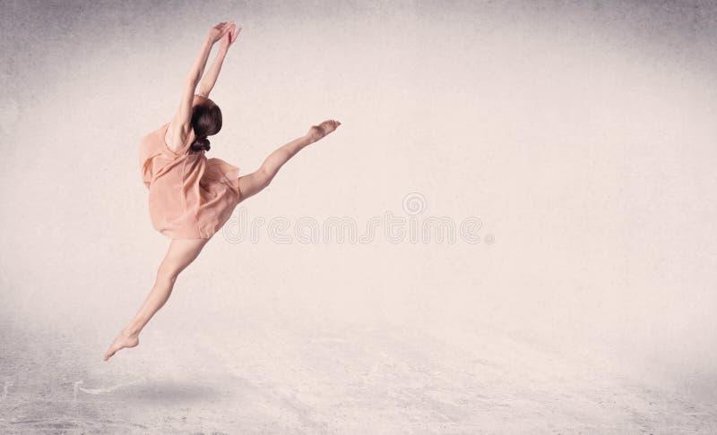 Modernt balettdansörföreställningskonsthopp med tom bakgrund royaltyfria foton