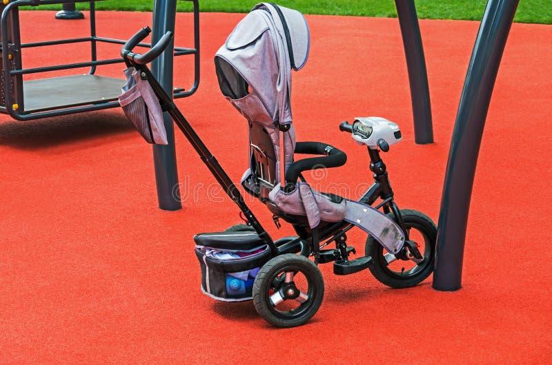 Modernt behandla som ett barn sittvagn-cykeln fotografering för bildbyråer