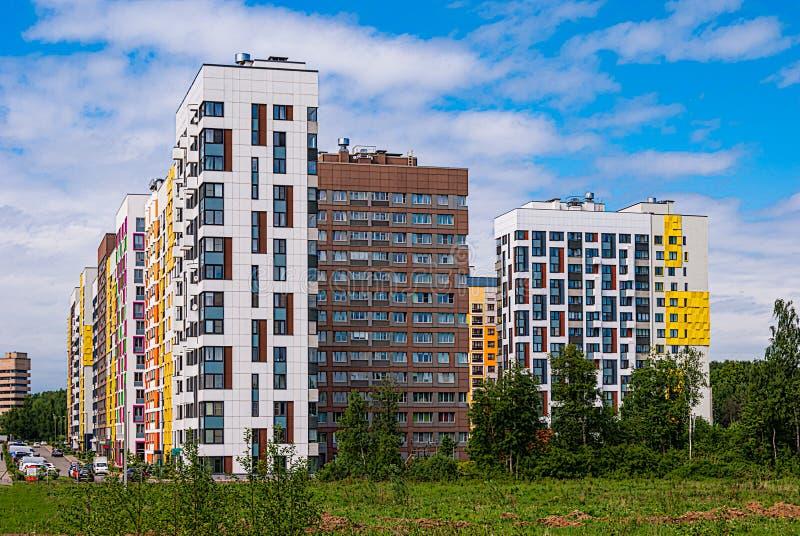 Modernt bostads- komplex på bakgrunden av den blåa himlen Det inhyser variabel höjd från 7 till 14 våningar som byggs i nytt år royaltyfri bild