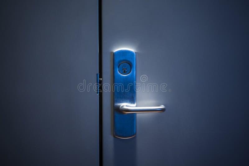 Modernt dörrhandtag med säkerhetssystemlåset arkivfoto